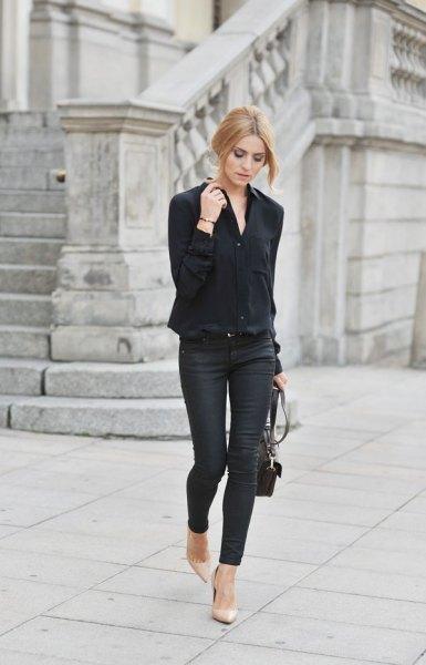 svart oversized skjorta med smala jeans och rosa spetsiga klackar