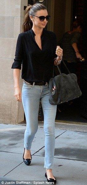 svart kortärmad skjorta med ljusblå skinny jeans och flats