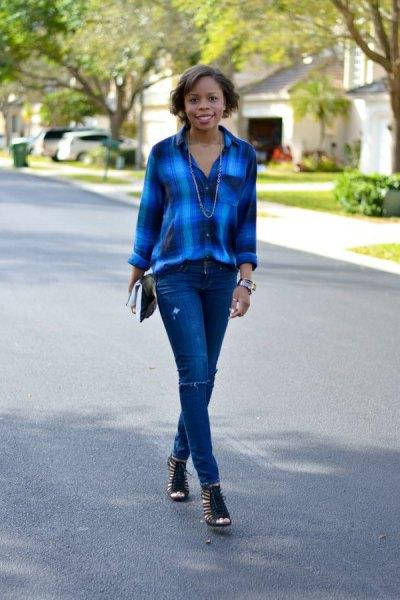 blå rutig skjorta med smala jeans och korta stövlar med öppna tår