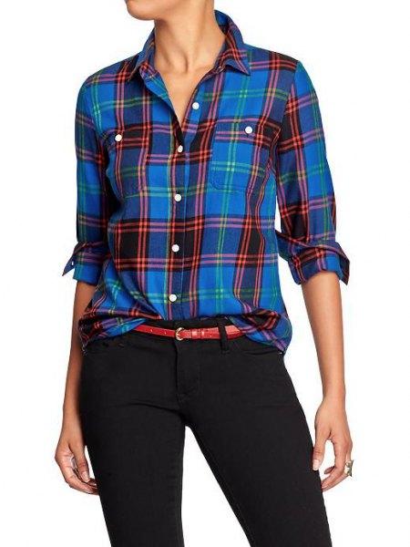 blå flanellskjorta med svarta tunna chinos