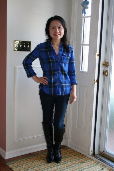 blå rutig skjorta med mörka skinny jeans och knähöga stövlar