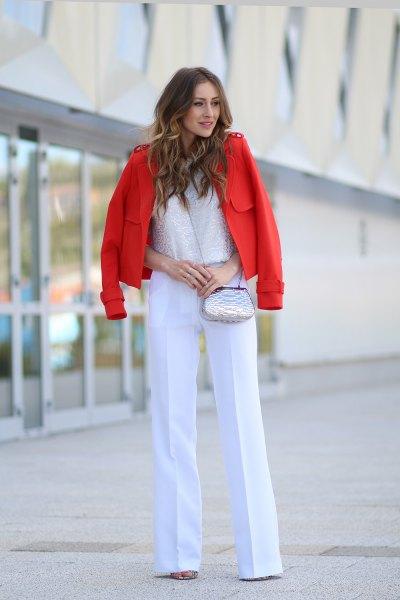 vit kostymbyxa med spetsöverdel och röd kavaj