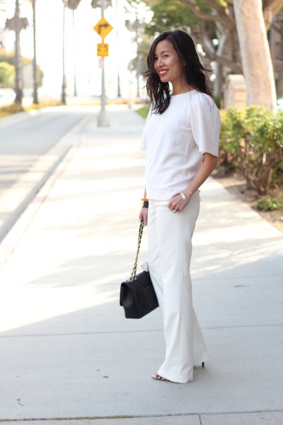 vit kortärmad tröja med vidklippta byxor