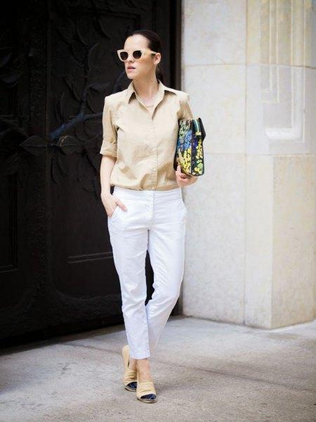 Blushrosa knappskjorta och vita slim fit-byxor