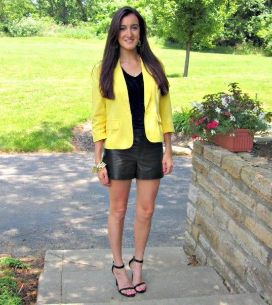 gul jacka svarta lädershorts