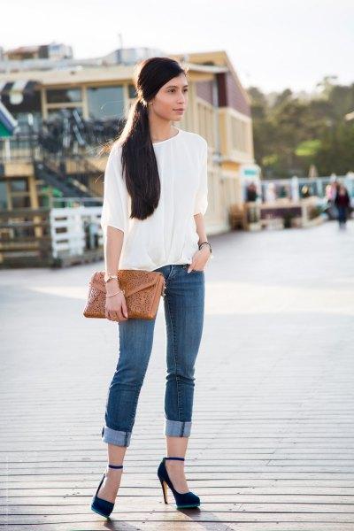 Smala jeans med vit blus och manschett