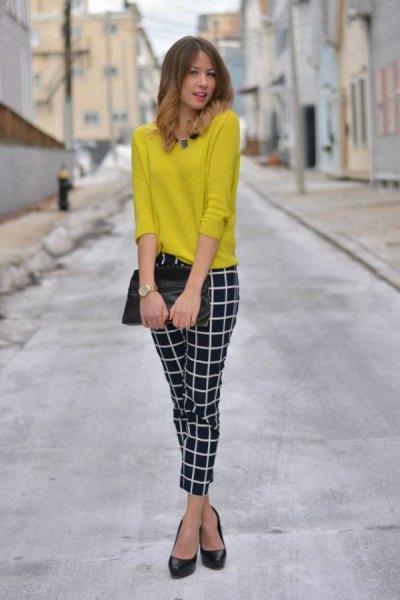 gul tröja med svarta och vita, smala rutiga byxor
