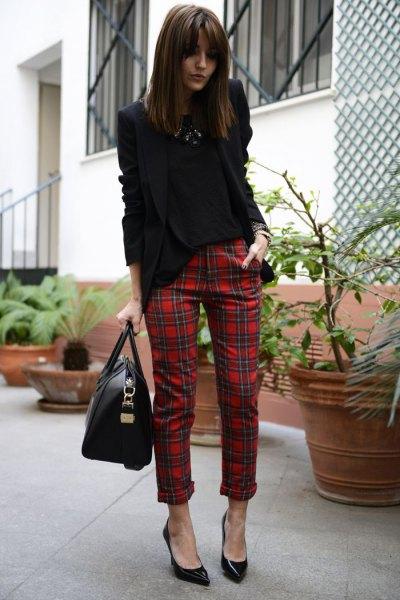 svart kavaj med röda, rutiga, smala byxor