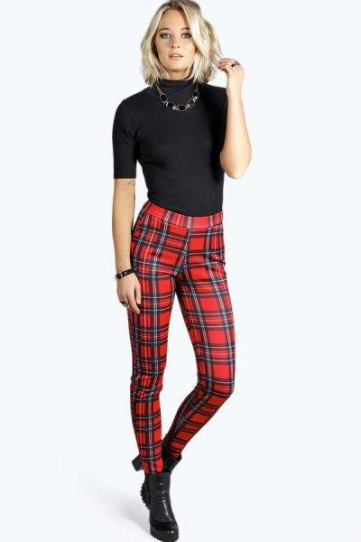 svart kortärmad tröja med mock-hals och röd rutig byxa
