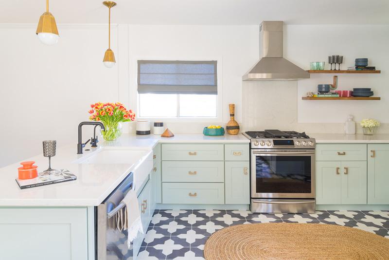 Mid-Century Mint Kitchen Design med mässing - DigsDi