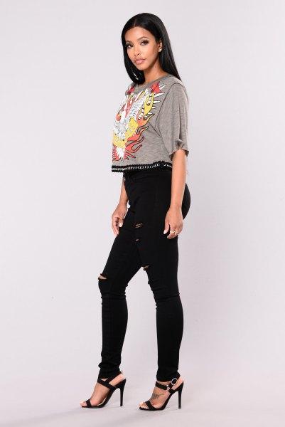 grå grafisk kort t-shirt med svarta skinny jeans