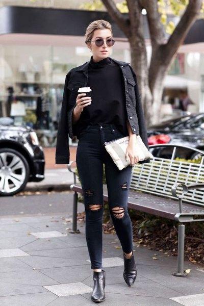 svart jeansjacka med läderstövlar chelsea stövlar