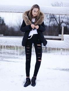 Blazer med fuskpälskrage, rippade jeans och snörstövlar