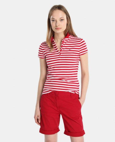 röd och vit randig polotröja med knälång shorts