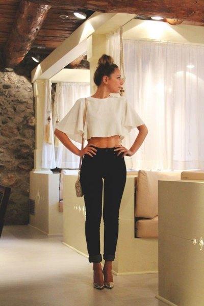 vit batvinge med svarta slim fit-jeans med manschett