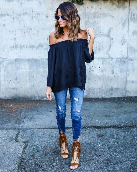 svart blus utan axel med smala jeans