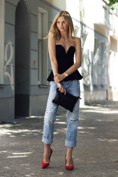 svart axelbandslös peplumtopp med djup V-ringning och jeans med pojkvän