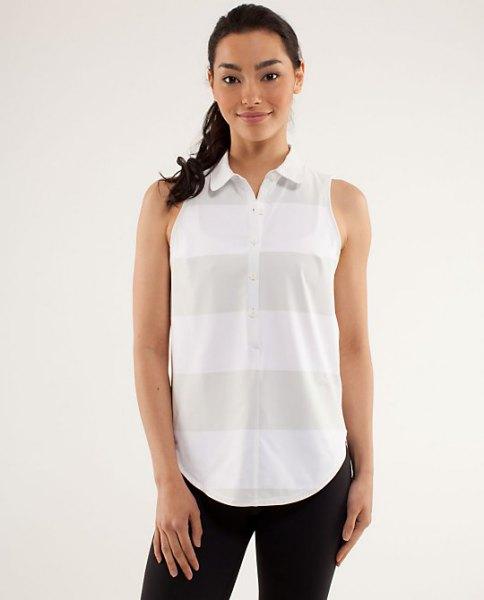vit och grå ärmlös golfskjorta med svarta skinny jeans