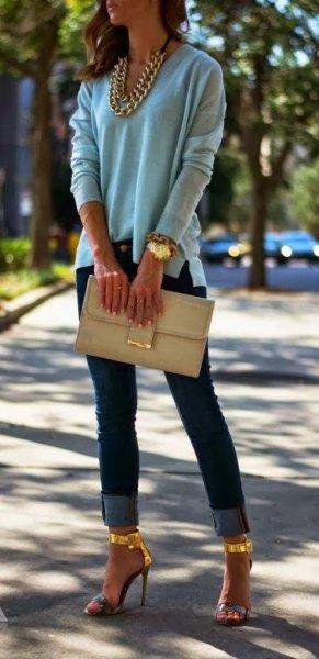 grå tröja med guldkedja och matchande höga klackar