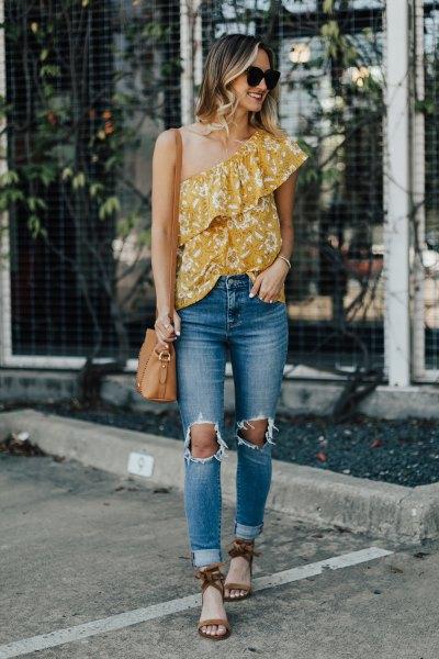Senapsgul topp med axelfläns och rippade jeans