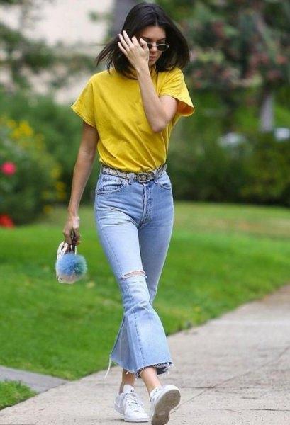 Senaps T-shirt med ljusblå flared jeans