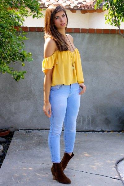 Off-the-shoulder gul topp med himmelsblå jeans