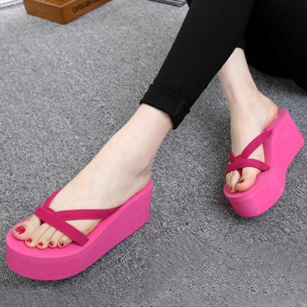 svarta supermager jeans med rosa högklackade flip flops