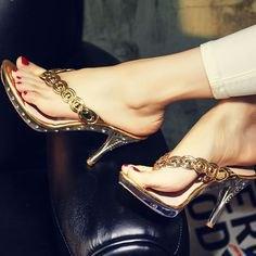 Flip-flops med guldklackar och elfenbenfärgade smala byxor