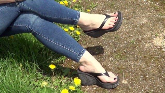 Mörkblå skinny jeans med svarta flip-flops med höga klackar