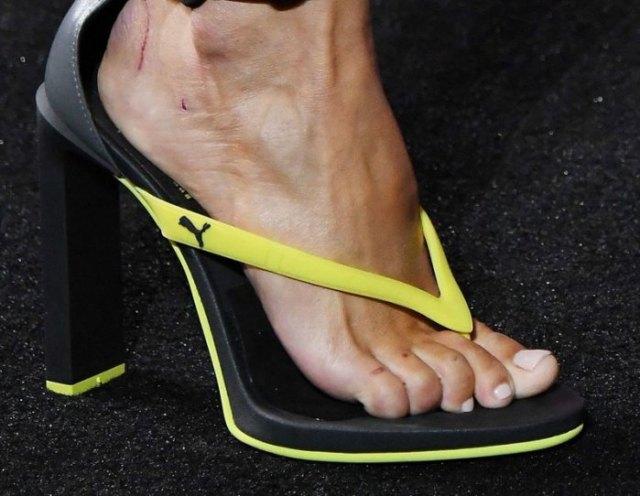Högklackade flip-flops från det gula och svarta sportmärket med joggbyxor