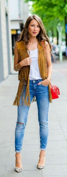 Kamel mocka väst med ljusblå, smala jeans