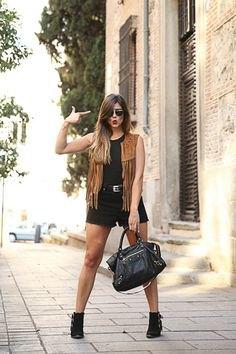 svart ärmlös linne med jeansshorts