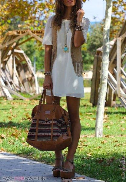 vit kortärmad chiffong miniklänning med fransad väst