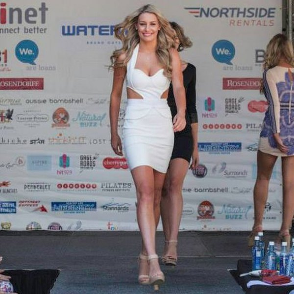 vit mini-bandage-klänning med utskuren sida och klackar med öppna tå