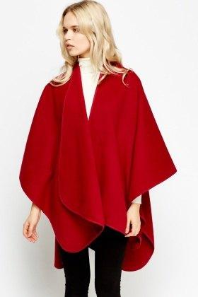 röd fleeceponcho med vit tröja i mock-hals