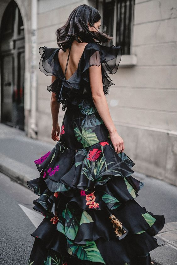 Maxiklänning med blommiga gröna och svarta volanger