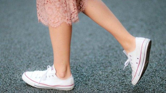 Rouge rosa midi-spetsskiftklänning med vita låga sneakers