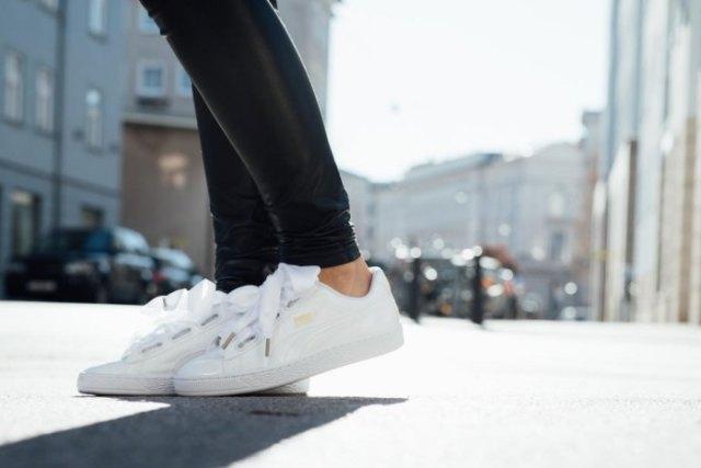 svarta läderjackor med vita, låga vandringskängor