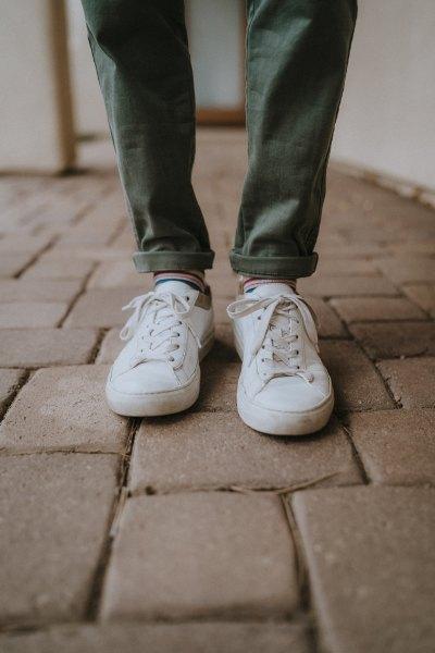 grå slim fit jeans med manschetter och crew strumpor med vita sneakers