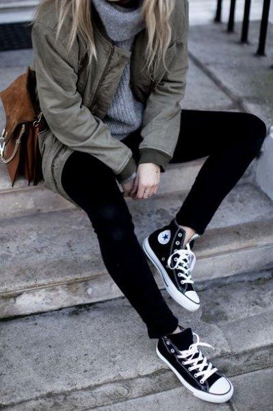 grå parkajacka med långärmad tröja och svarta och vita canvasskor