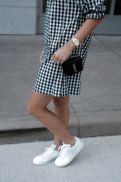 svartvitt rutig mini-skiftklänning med låga sneakers