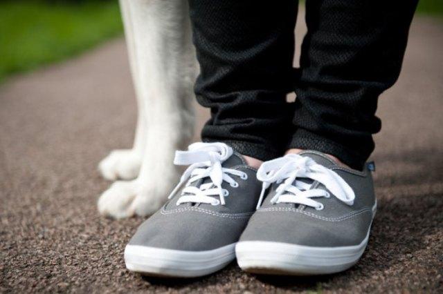 svarta slim fit jeans med grå och vita vandringskängor