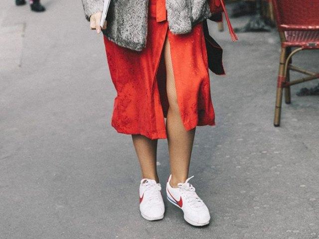 röd midi hög split skjorta klänning med vita gå sneakers