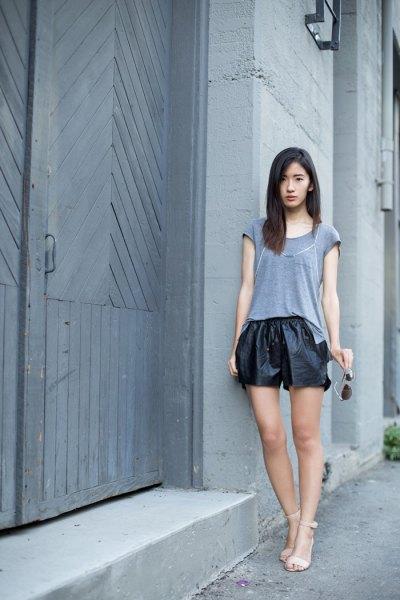 grå t-shirt svarta lädershorts