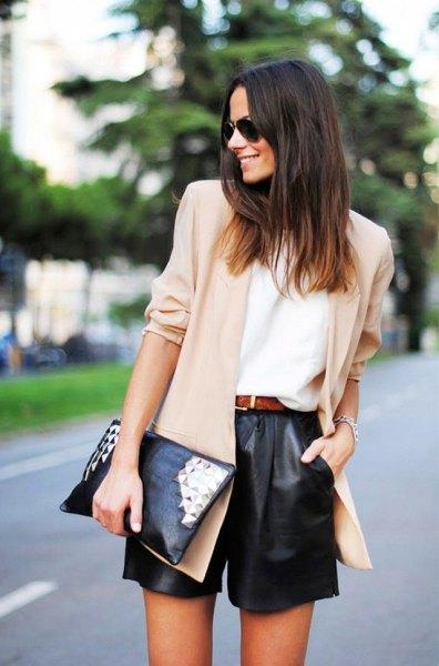krämfärgad chiffongblazer svart lädershorts