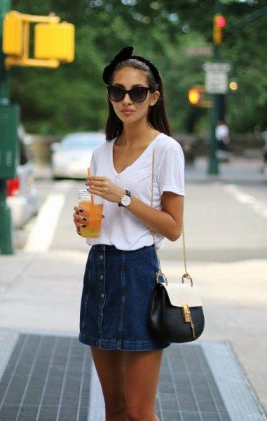 vit V-ringad t-shirt och kjol med jeansknapp fram