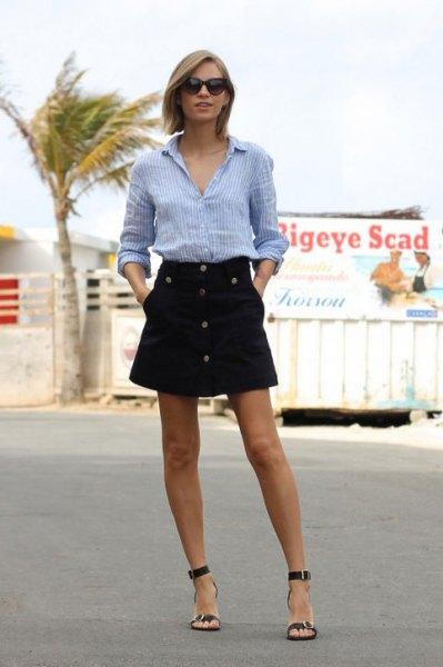 blå och vit randig skjorta med knappar och svart minirater kjol