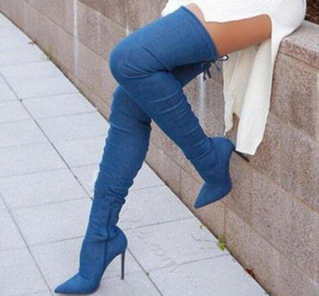 vit, ribbad tröja med högklackade jeansstövlar