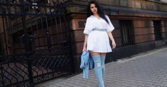 vit mini-skjortklänning med bälte och lårhöga denimstövlar