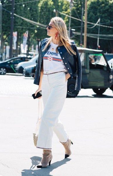 vit cool grafisk t-shirt med svart skinnjacka och byxor med vida ben
